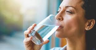 نوشیدن آب در زمان صرف غذا چه تبعاتی دارد ؟